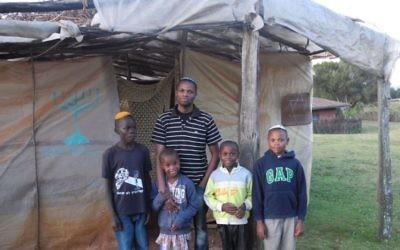 Yehuda Kimani et 4 membres de sa famille devant la synagogue de Kasuku, Kenya (Crédit : Melanie Lidman/Times of Israel)
