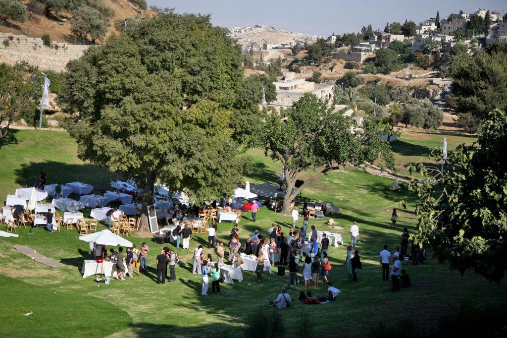 La vue sur la vallée Hinnom de la cinémathèque (Crédit :  Matanya Tausig/Flash 90)
