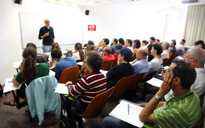 Des étudiants assistant à un cours à l'université hébraïque à Jérusalem (Crédit : Abir Sultan/Flash90)