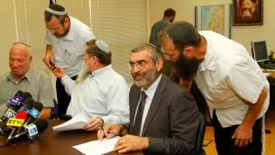 L'ancien député Michael Ben Ari, deuxième à droite, et Baruch Marzel avant une réunion avec le parti de l'Union nationale, le 27 Juin, 2011. gauche de Ben Ari siège Yaakov Katz. (Crédit : Miriam Alster / Flash90)