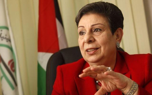La responsable de l'OLP Hanan Ashwari dans son bureau le 31 janvier 2012 (Crédit : Miriam Alster/Flash90)