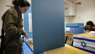 Un soldat israélien vote pour les élections de 2013 (Crédit : Flash 90)