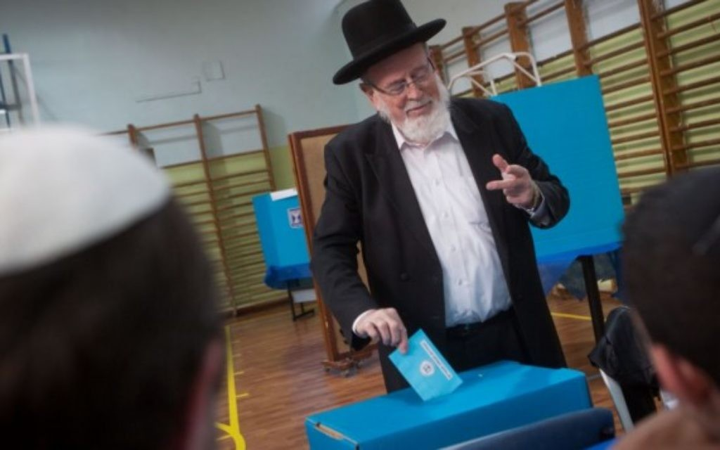 Un ultra-orthodoxe en train de voter à Jérusalem 17 mars 2015 (Crédit : Flash 90)