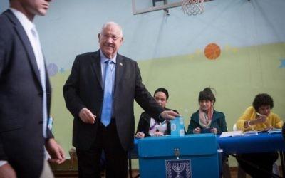 Reuven Rivlin vote à Jérusalem, le 17 mars 2015 (Crédit : Flash 90).