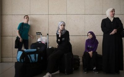 Des Palestiniens au poste-frontière d'Erez. Illustration. (Crédit : Flash90)