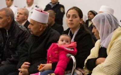 Rinel Saif, la femme du policier druze Zidan Saif, lors d'une cérémonie en sa mémoire à la synagogue d'Har Nof le 30 novembre 2014 (Crédit : Yonatan Sindel/Flash90)