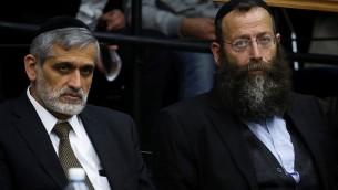 Eli Yishai et Baruch Marzel (d) à la Knesset - 12 février 2015 (Crédit : Hadas Paruch/Flash 90)