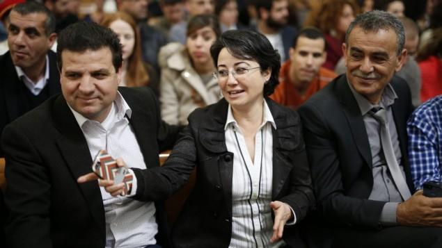 La députée Hanin Zoabi accompagnée de Ayman Odeh (à gauche) et le député Jamal Zahalka le 17 février 2015 à la Cour suprême de Jérusalem (Crédit : David Vaaknin/Flash90)
