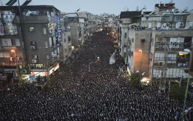Des dizaines de milliers d'ultra-orthodoxes Israéliens assistent à un rassemblement du parti Yahadout HaTorah dans la ville de Bnei Brak le 11 mars avant les élections de la semaine prochaine. (Crédit : Flash90)
