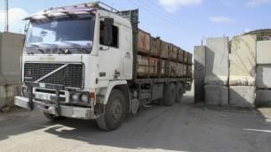 Un camion palestinien à Gaza (Crédit : Abed Rahim Khatib/Flash90)