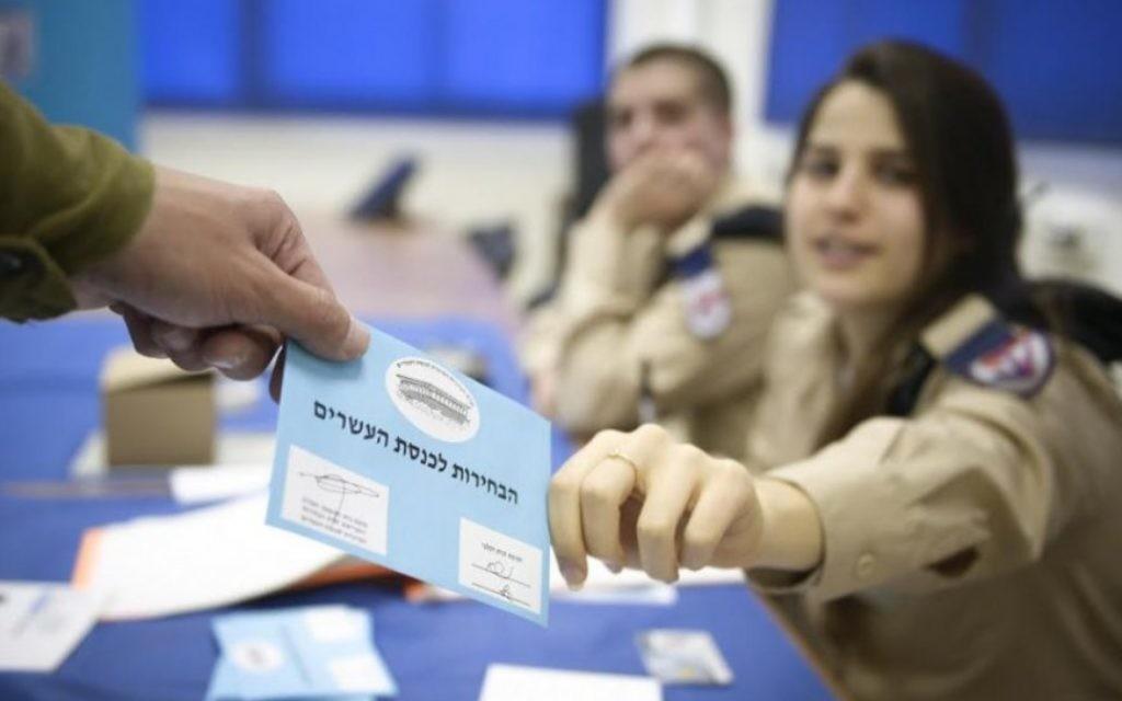 Un soldat vote lors des élections - 15 mars 2015 (Crédit : IDF Spokesperson)