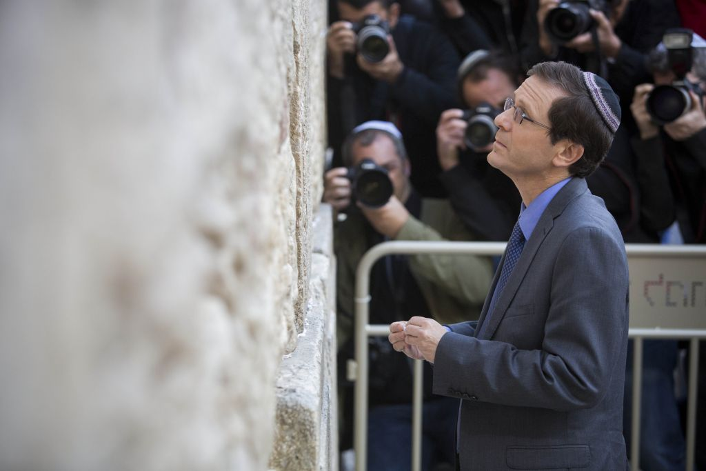 Isaac Herzog au Mur occidental le 15 mars 2015 (Crédit : Yonatan Sindel/Flash90)