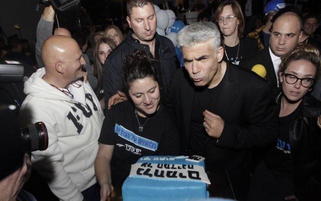 """Les partisans de """"Yesh Atid"""", parti politique dirigé par Yair Lapid, le 17 mars, 2015. (Crédit : Amir Levy / FLASH90)"""
