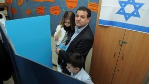 Ayman Odeh, le jour du vote à Nazareeth avec ses enfants (Crédit : Flash 90)