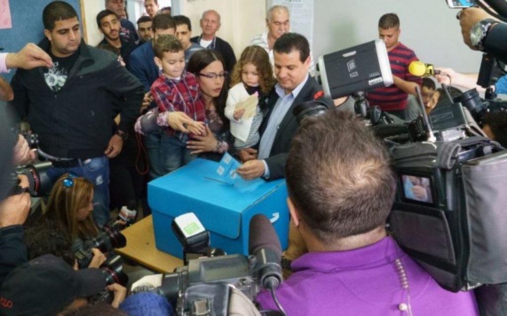 Ayman Odeh en train de voter le jour des élections avec sa famille à Nazareth (Crédit : Flash 90)