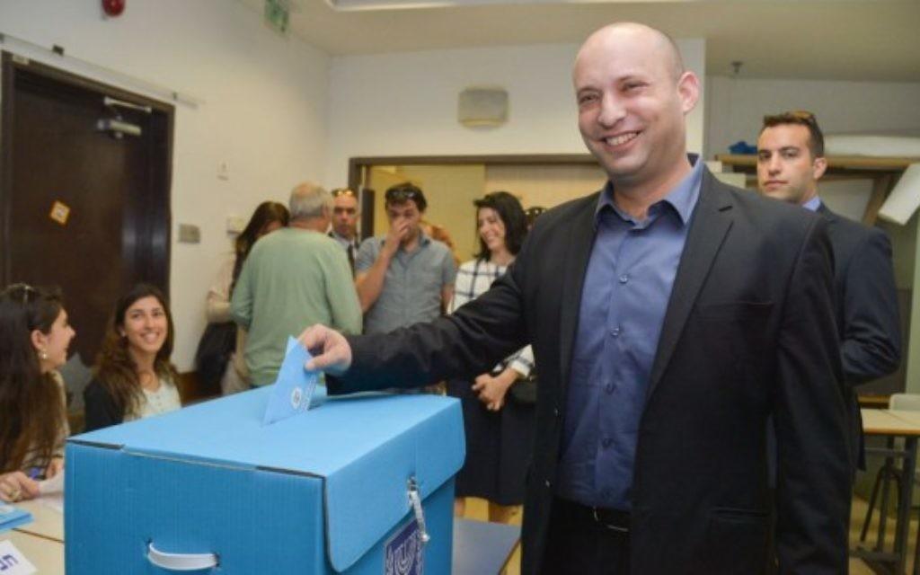 Naftali Bennett en train de voter le jour des élections - 17 mars 2015 (Crédit : Flash 90)