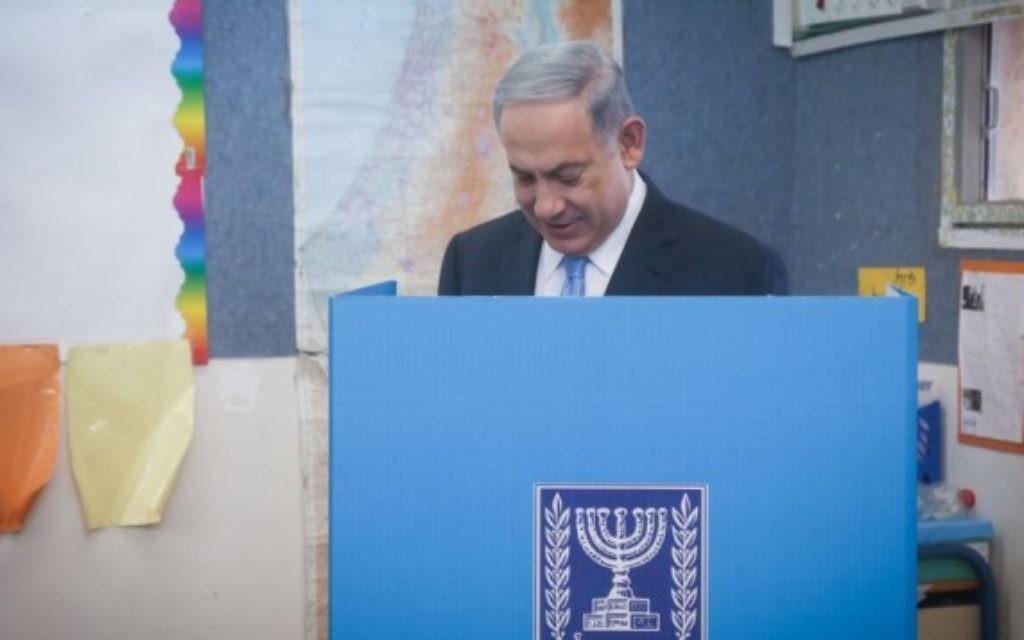Benjamin Netanyahu en train de voter le jour des élections - 17 mars 2015 (Crédit : Flash 90)