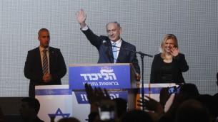 Benjamin et Sara Netanyahu au QG électoral du Likud à Tel Aviv, la nuit du 17 au 18 mars 2015 (Crédit : Miriam Alster/Flash 90)