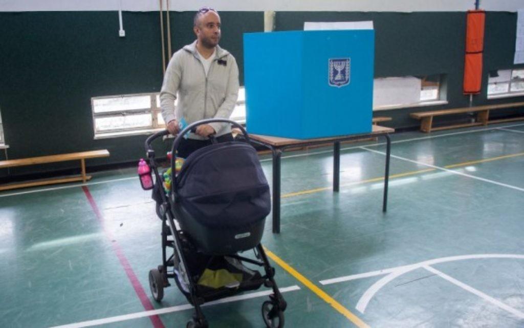 Un papa vote le jour des élections - 17 mars 2015 (Crédit : Yonathan Sindel/Flash 90)