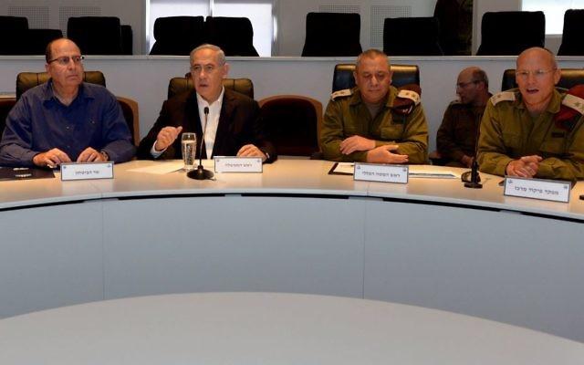 De gauche à droite : le ministre de la Défense Moshe Yaalon, le Premier ministre Benjamin Netanyahu, et des officiers de hauts rangs, en Cisjordanie, le 10 mars 2015. (Crédit : GPO)