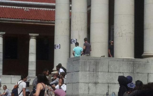 Les images d'une croix gammée et d'Hitler affichée à l'universite de Cape Town en Afrique du Sud le 18 mars 2015 (Crédit : Autorisation Saujs Cape Town)