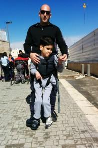 Un officier de police s'entrainant pour le marathon avec l'un des résidents qui utilise un harnais Upsee (Crédit : Autorisation de ALEH Jérusalem)