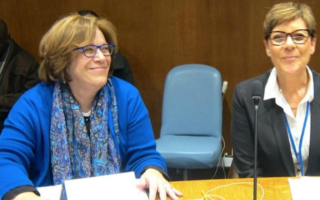 Hava Karrie, du Centre de leadership Golda Meir (à gauche) avec la Secrétaire de la Knesset Yardena Meller-Horowitz aux Nations Unies le 11 mars. (Crédit : Cathryn J. Prince/The Times of Israel)