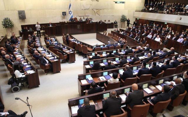 Les membres de la Knesset sont intronisés lors de la cérémonie à Jérusalem le 31 mars 2015 (Crédit : Porte-parole de la Knesset)