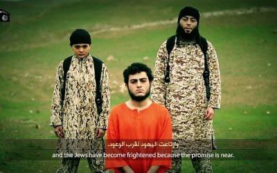 Muhammad Said Ismail Musallam en tenue orange - 10 mars 2015 (Crédit : capture d'écran YouTub)