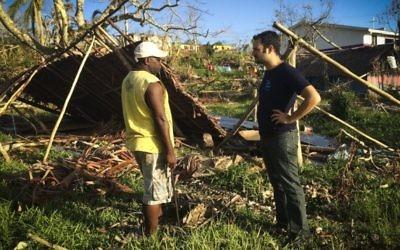Un travailleur d'IsraAid parle avec un habitant de Vanuatu  après que le  cyclone Pam ait frappé l'île de l'Océan Pacifique en mars 2015.  (Crédit photo: IsraAID)
