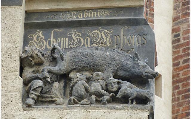 Cette gravure qui figure sur la façade de l'église de  Martin Luther à  Wittenbergen (en Allemagne) représente des  Juifs tétant le lait d'une truie (Crédit :Toni L. Kamins).
