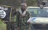 """Le chef de Boko Haram, Abubakar Shekau, a assuré être toujours en vie, réfutant l'annonce de sa mort par l'armée nigériane, et diriger un """"califat islamique"""" dans les villes sous son contrôle dans le nord-est du Nigeria, dans une nouvelle vidéo de propagande obtenue jeudi 2 octobre 2014 par l'AFP  (Crédit : Capture d'écran YouTube/AFP)"""