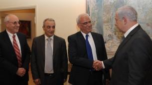 Le premier ministre Benjamin Netanyahu serre la main de Saeb Erekat en avril 2012 à Jérusalem. Yitzhak Molcho est à gauche (Crédit : Amos Ben Gershom/GPO/Flash90)