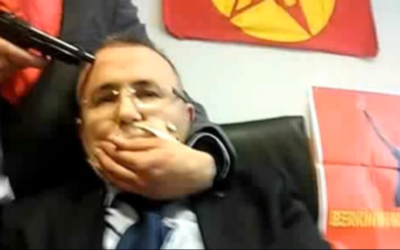 Le procureur  Mehmet Selim Kiraz pris en otage le 31 mars 2015 (Crédit : Capture d'écran YouTube )