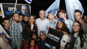 Moshe Kahlon et ses partisans (Crédit : Judah Ari Gross/Times of Israel)