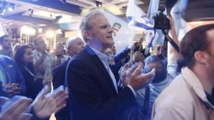 Michael Oren et Elie Alalouf (g) au QG à Tel Aviv - 17 mars 2015 (Crédit : Judah Ari Gross/Times of Israel)