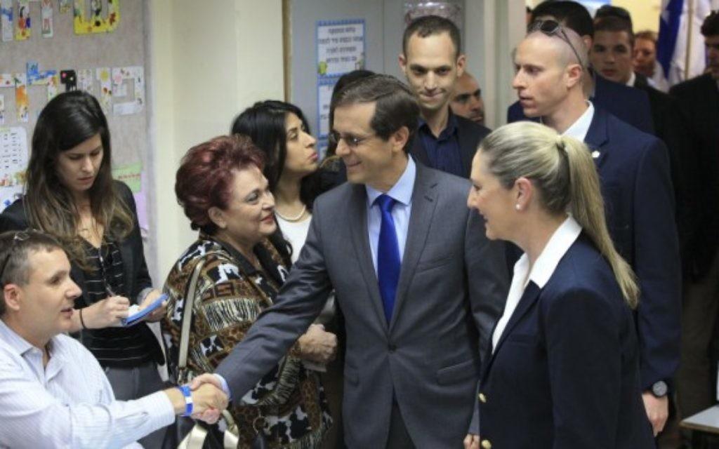 Isaac Herzog et sa femme Michal (d) en train de voter à Tel Aviv (Crédit : Flash 90)