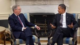 Le président américain Barack Obama et le sénateur américain Mitch McConnell dans le bureau oval le 4 août 2010 (Crédit : Official White House Photo by Pete Souza)