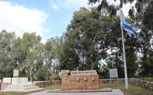 """La pierre tombale de John Henry et Frances Patterson au moshav Avichail, en mars 2015. Il est écrit : """"Quand je parle de lui, je me souviens de lui"""". (Crédit : Hillel Kuttler/JTA)"""