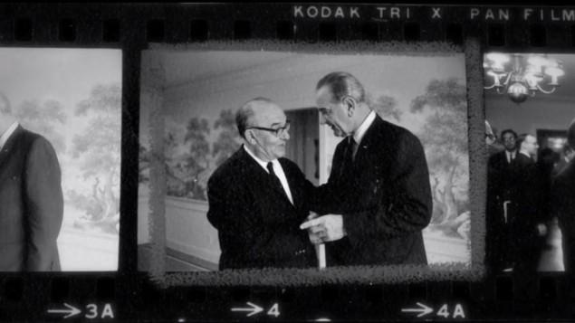 """Preuves photographiques d'une réunion cruciale entre le président Lyndon Johnson et le Premier ministre Levi Eshkol au ranch texan de de Johnson en janvier 1968, comme on le voit dans """"Le Premier ministres"""" (Crédit : Autorisation)"""