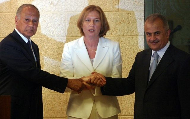 Tzipi Livni, Abdul-Ilah Khatib, de Jordanie et Ahmed Aboul Gheit, d'Egypte, lors d'une rencontre à Jérusalem le 25 juillet 2007 (Crédit : Orel Cohen/Flash90)