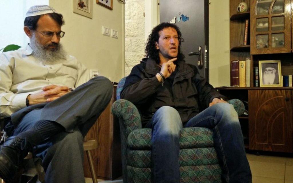 Ali Abu Awwad (à droite), un activiste palestinien non-violent, s'adresse à un auditoire d'Israéliens au domicile du rabbin Hanan Schlesinger (à gauche), dans l'implantation juive Alon Shvut, mercredi 25 février 2015 (photo credit: Elie Leshem/Times of Israel).