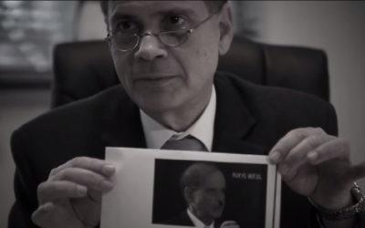 L'ambassadeur israélien en Allemagne Yakov Hadas-Handelsman lisant les lettres antisémites reçues à l'ambassade (Crédit : Capture d'écran YouTube)