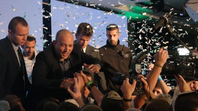 Le président de HaBayit HaYehudi Naftali Bennett salue ses partisans après les élections le 17 mars 2015. (Cédit : Avi Lewis/Times of Israel, Jon Weidberg)