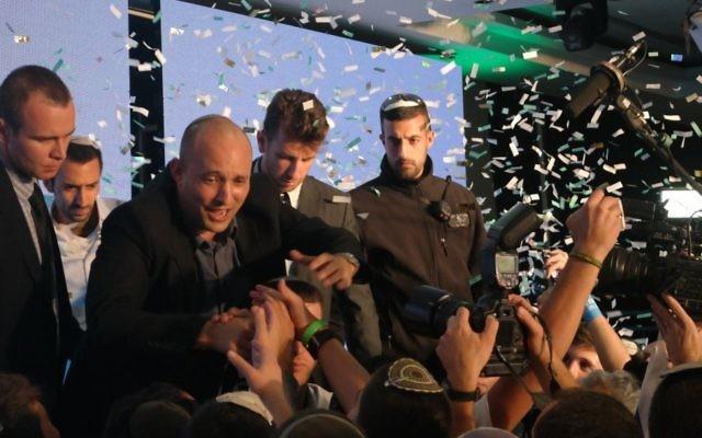 Le président de HaBayit HaYehudi Naftali Bennett salue ses partisans après les élections le 17 mars 2015. (Crédit : Avi Lewis/Times of Israel, Jon Weidberg)