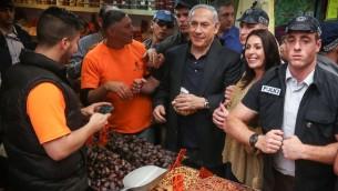 Le Premier ministre et chef du Likud, Benjamin Netanyahu avec la deputée Miri Regev au cours d'une visite au marché Mahané Yehuda de  Jérusalem, le 9 mars  2015. (crédit photo: Flash90)