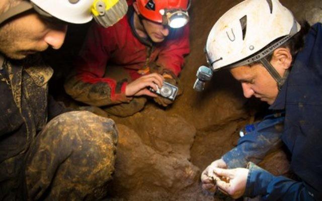 Un membre du club israélien de spéléologie et des responsables de l'Autorité israélienne des antiquités dans une grotte du Nord d'Israël, en février 2015 (photo credit: Samuel Magal/Israel Antiques Authority).