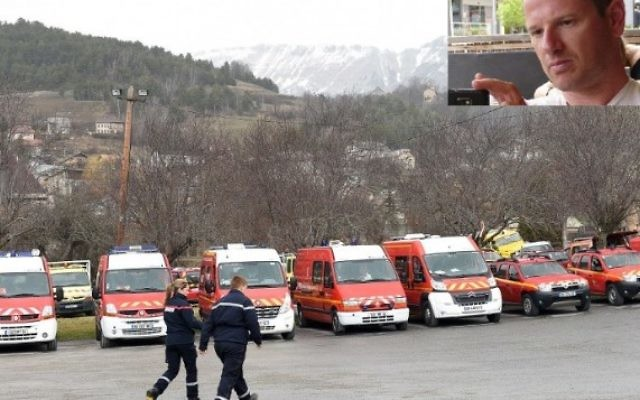 Les véhicules d'urgence sont stationnés le 24 mars 2015 dans le sud-est de la ville française de Seyne les Alpes après le crash d'un Airbus A320 allemand de la compagnie low-cost Germanwings. En médaillon: Eyal Baum. (Crédit : AFP / BORIS HORVAT et Facebook)
