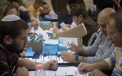 Le dépouillement des dernières urnes,  celles des soldats et autres élécteurs particuliers, au lendemain des élections légisaltives, le 18 mars 2015. (Crédit photo: Miriam Alster/Flash90)
