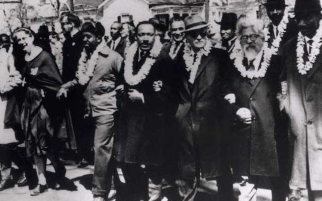 Le rabbin Abraham Joshua Heschel (deuxième à droite), lors de la marche à Selma avec le Révérend Martin Luther King, Jr., Ralph Bunche, le républicain John Lewis, le révérend Fred Shuttlesworth et le révérend CT Vivian. (Crédit : Autorisation de Susannah Heschel)